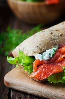 Здоровый бутерброд с сыром и лососем