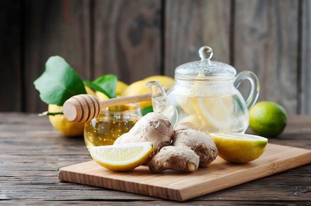 ジンジャー、レモン、木製のテーブルの上に蜂蜜のカクテル