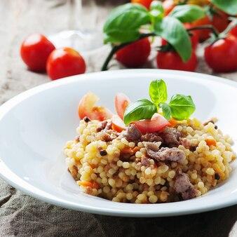 トマトとソーセージ、セレクティブフォーカスで調理されたサルディナンパスタフレゴラ