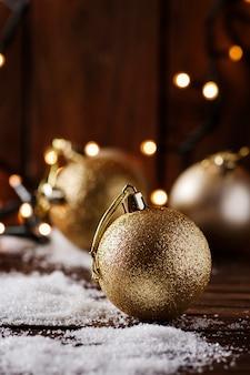 Рождественская открытка со снегом и шарами, селективный фокус