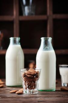 Веганские миндальное молоко на деревянном столе, селективный фокус
