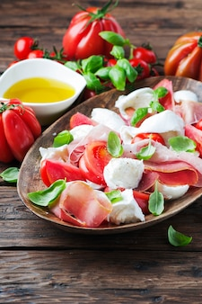 ハム、バジル、モッツァレラチーズのイタリアンサラダカプレーゼ