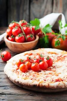 トマトとモッツァレラチーズのイタリアの自家製ピザマルゲリータ