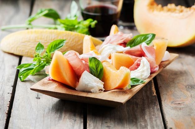 メロン、モッツァレラチーズ、ハム、バジルの前菜