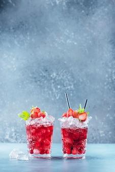 氷とミントの赤いカクテル