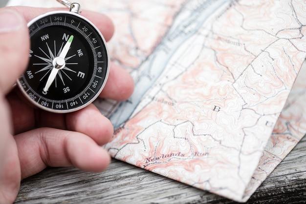 Компас и карта. концепция путешествия