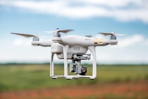 緑の牧草地に対する無人機のイメージ