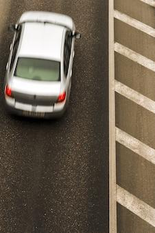 Дорога с движением, вид сверху