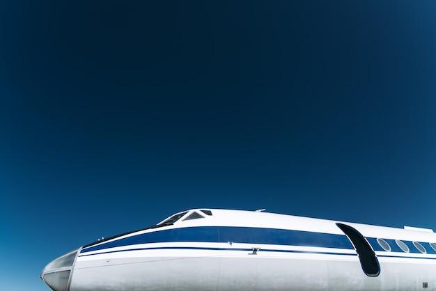 Пассажирский плоский нос крупным планом в полете