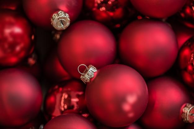 赤いクリスマスボールの背景