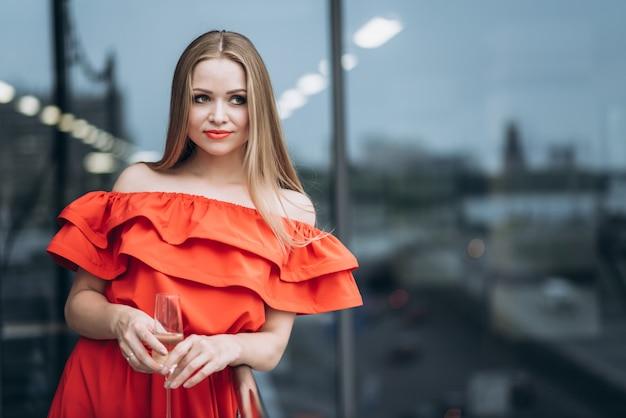 お祝いの赤いドレスの美しい女の子