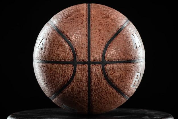 Классический баскетбольный мяч на черном фоне