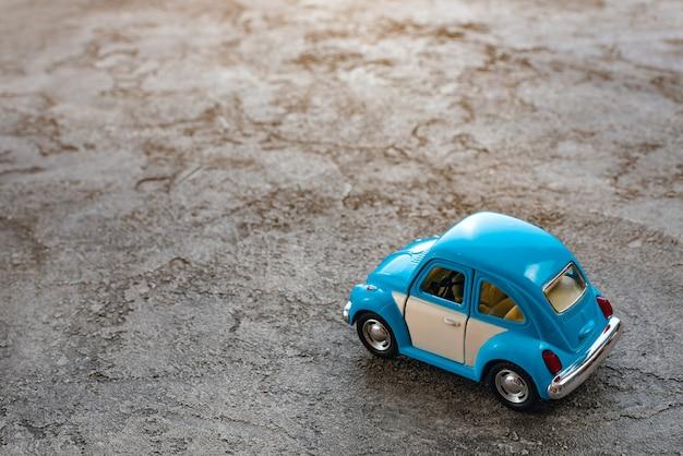 おもちゃのレトロな車のクローズアップ。コンセプト旅行と父親の日