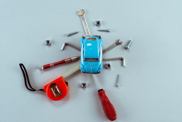中心の青いおもちゃの車でツールレンチのセット