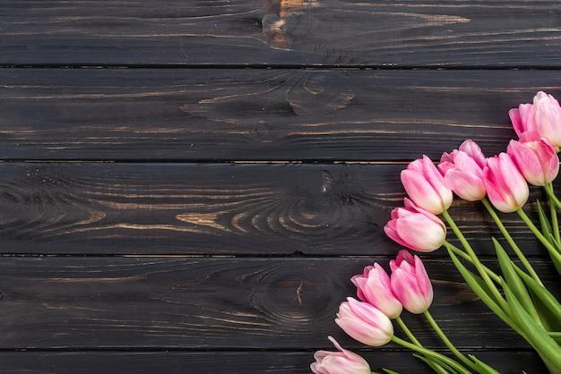 木製の背景にチューリップ