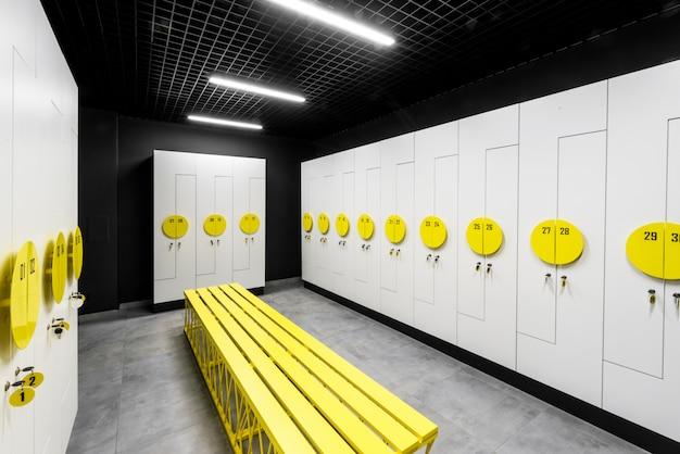 モダンなジムのスタイリッシュな更衣室。モダンな更衣室のインテリア