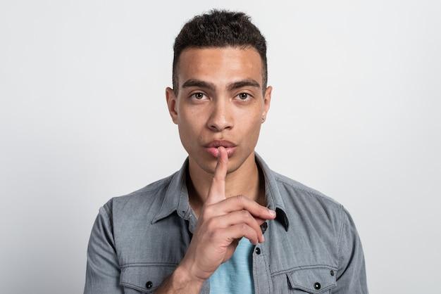 静けさを言って男は唇のジェスチャーで指で静かにします。