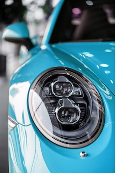 車のヘッドライトのクローズアップ写真