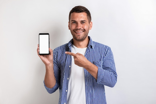 スマートフォンを押しながら画面を指している笑みを浮かべて男