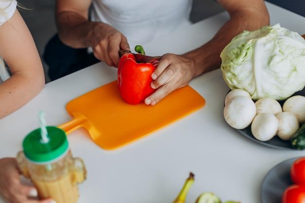 クローズアップ男性手コショウを切る。健康食品のコンセプトです。