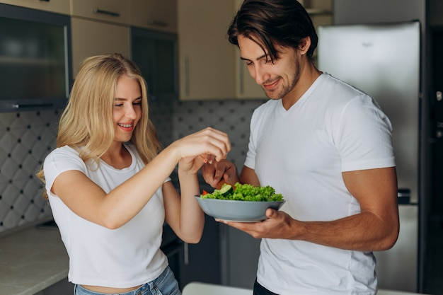 健康食品を調理する台所でカップルのクローズアップの肖像画。