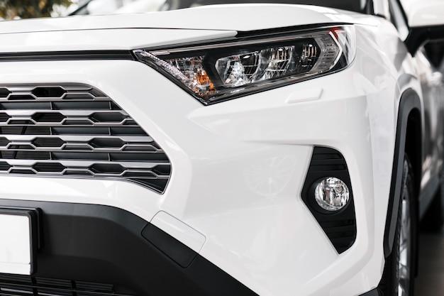 クローズアップ現代および高級車のヘッドライト。外装詳細