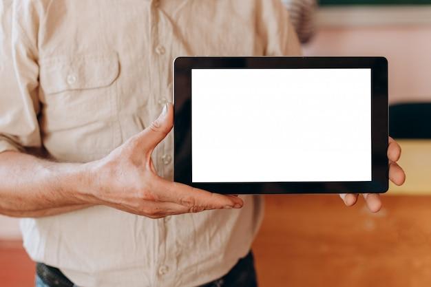 空白の白い画面のモックアップで手を作る