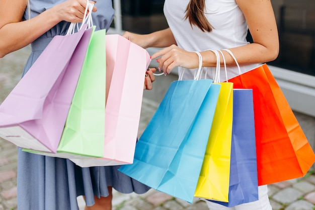カラフルなバッグを持つ美しい女性
