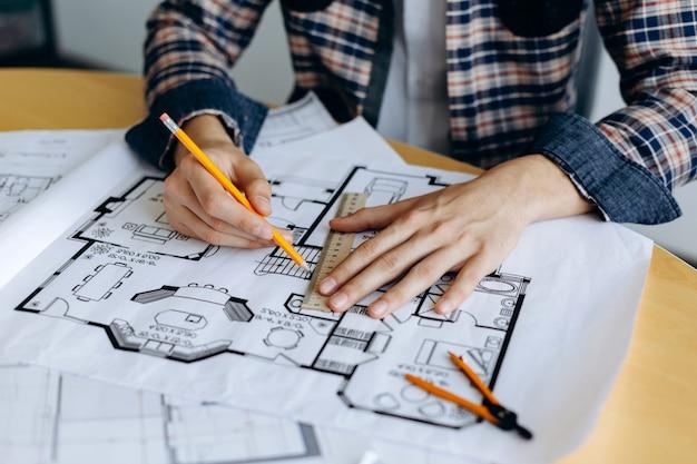 デザイナーが新しい建築プロジェクトをスケッチ