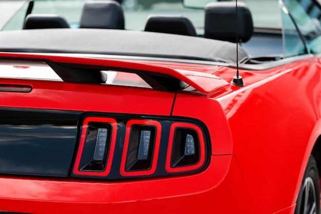 清潔で光沢のある赤いスポーツカーのリアライト