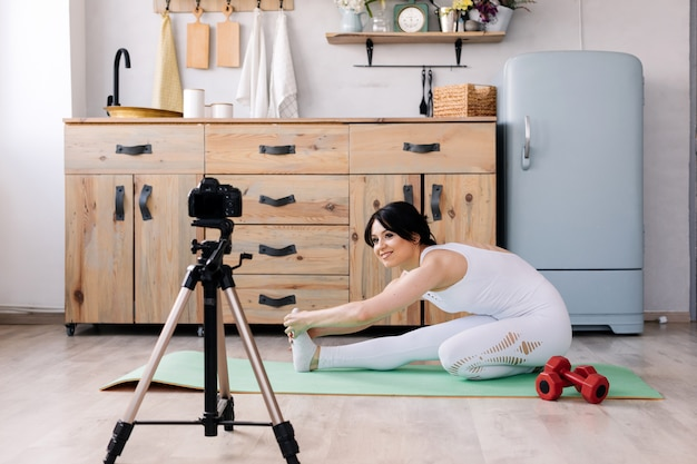 Видео стрельбы милой молодой женщины усмехаясь о ее тренировке спорта