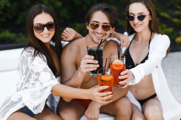Компания друзей на отдыхе на пляже