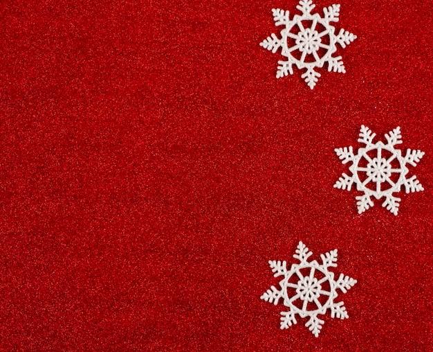 Красный новогодний фон со снежинками.