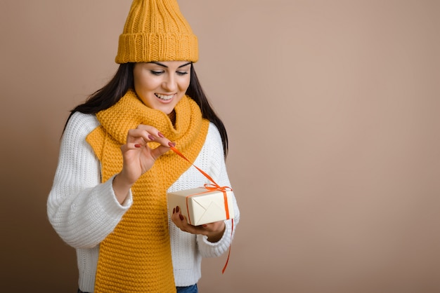 かわいい女の子が赤いリボンをプレゼントとして解き放つ
