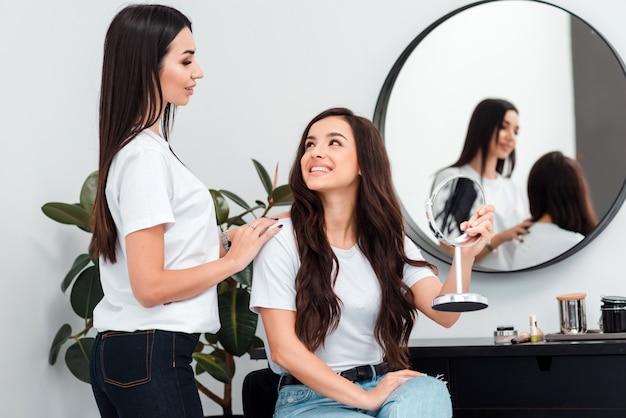 プロの美容師は、彼女の仕事をした後、クライアントと連絡を取り、問い合わせまたは好きになります