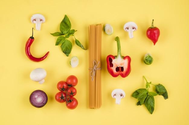 イタリア料理のコンセプト、食材、パスタ、トマト、ピーマン、マッシュルーム、バジルのセット