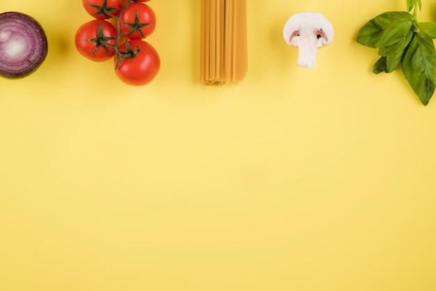 新鮮な野菜、パスタとイタリア料理や食材の背景。トップビュー、上からの眺め。コピースペース。