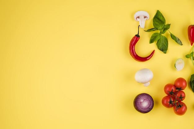 イタリア料理の背景。イタリア料理。黄色の背景の成分。料理のコンセプト。料理の背景