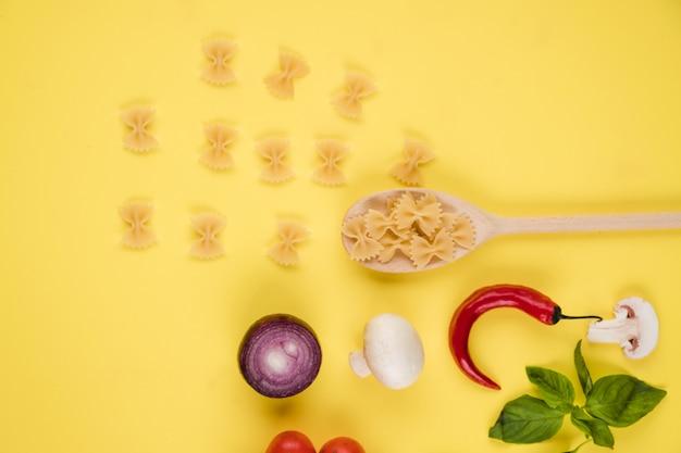 新鮮な野菜、パスタ、パルメザンチーズ、スパイスとイタリア料理や食材の背景。トップビュー、上からの眺め。コピースペース。
