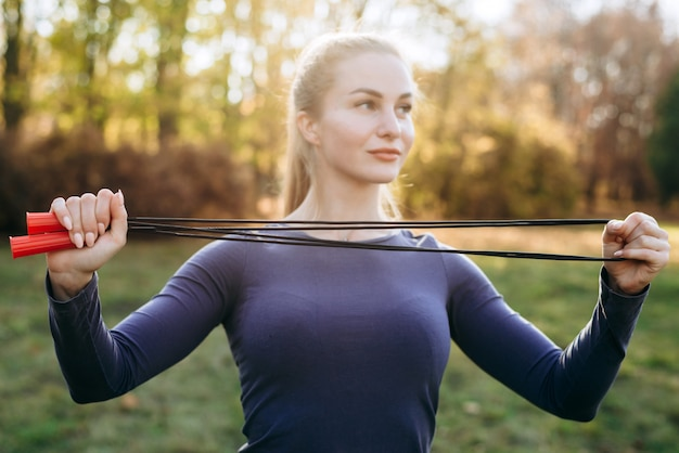 公園で縄跳びをしている女の子のトレーニング。
