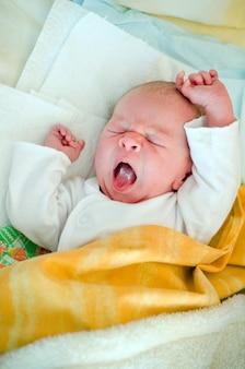 Утром в постели маленький ребенок