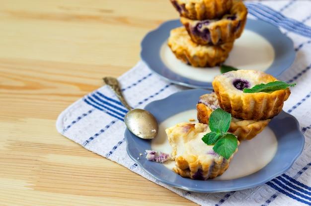 木製の背景に甘いチーズブルーベリーのマフィン
