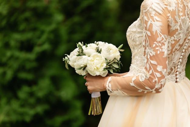 結婚式の日にウェディングブーケを持つ花嫁