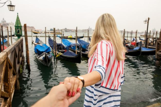 ヴェネツィア、イタリアの観光客のカップル