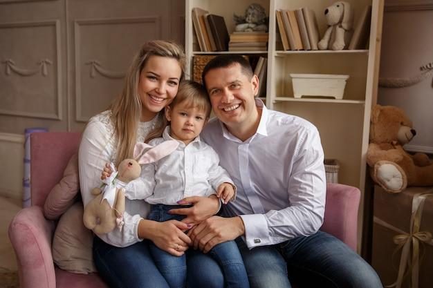 イースターの日に若い家族の肖像画