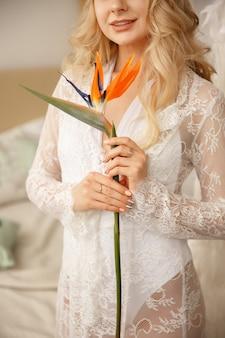 Невеста с экзотическим цветком для свадебного букета