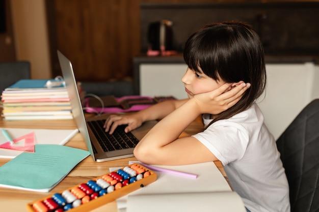 自宅学習。オンライン学習。家庭での教育