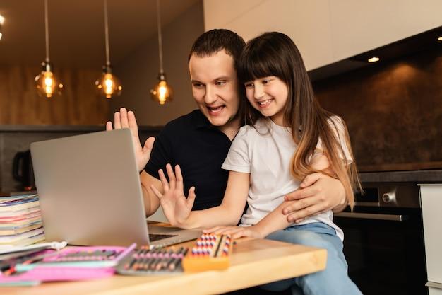オンライン学習。女子高生とその父親は、オンラインレッスンを開始して先生に手を見せる前に、消毒剤で手を洗った