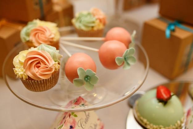 カップケーキやキャンディーバーの他のお菓子。結婚式当日のケータリングサービス