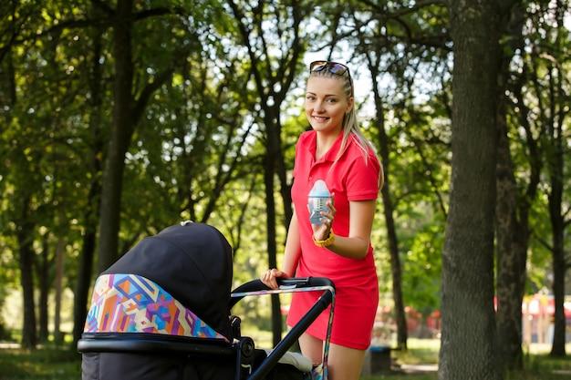 Красивая женщина гуляет с ребенком в парке